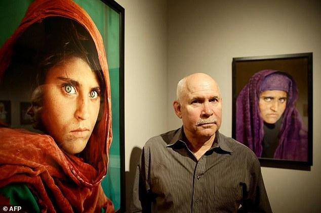 Steve McCurry junto al retrato de Sharbat Gula, antes y después.