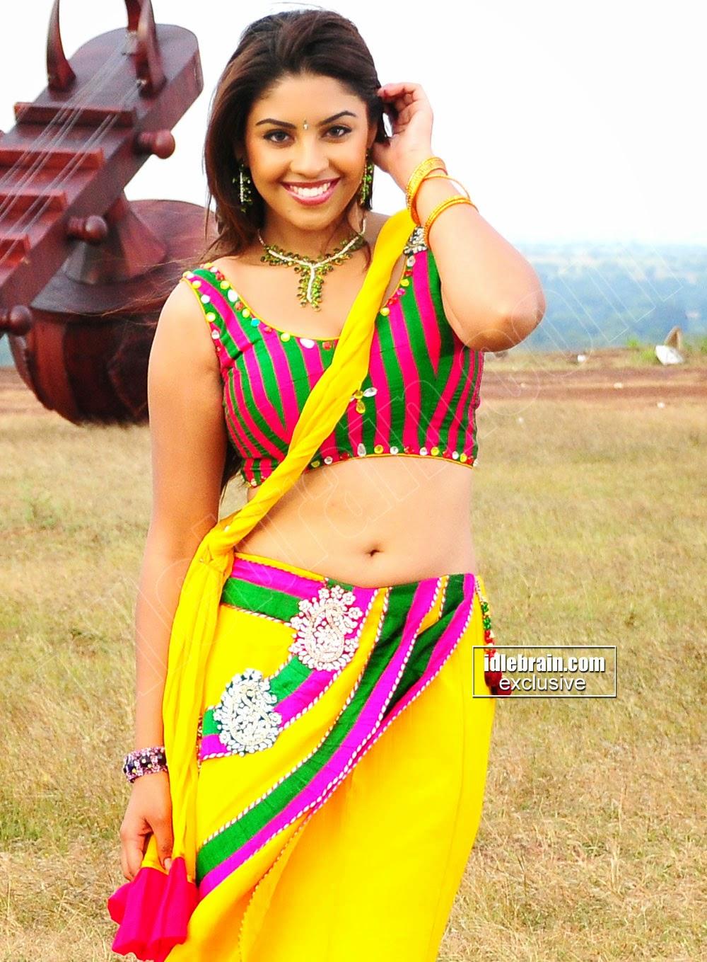 Richa Gangopadhyay navel yellow