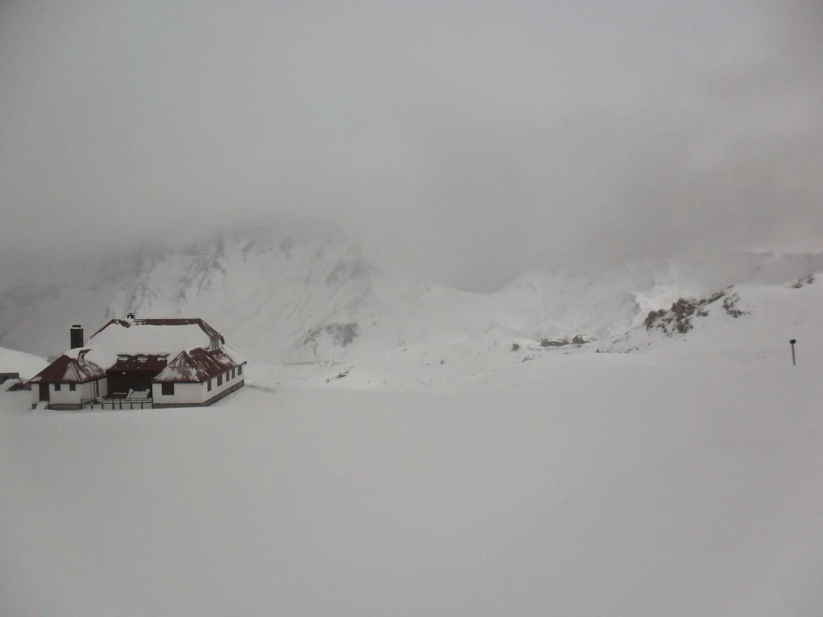 El Chalet rodeado de nieve. Foto de la web Nieve y Montañas Cantábricas. Pulse para verlo más grande