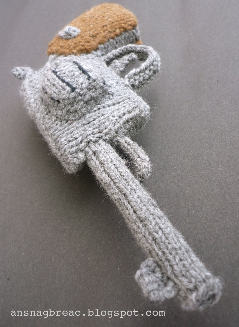 An Snag Breac Beo: Revolver Knitting Pattern