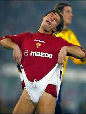 Foto Lucu Sepak Bola Ronaldino kelihatan celana dalam