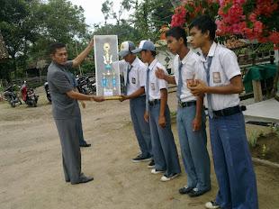 Pemberian Piala Kebersihan Kelas Oleh Kepala Sekolah ( Drs. Damri, MM )