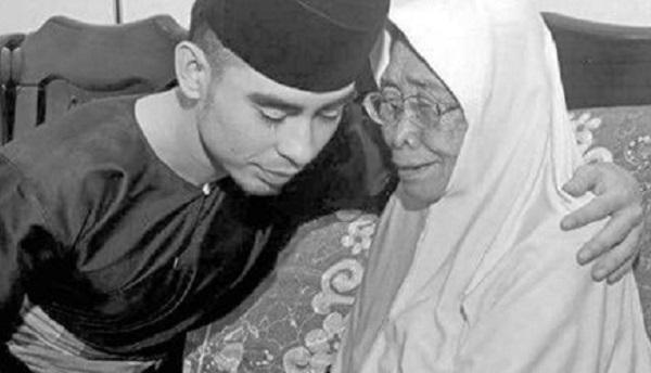 """Almarhum datang, minta Makcik redha,"" Cerita ibu anggota Polis terkorban di Lahad Datu"
