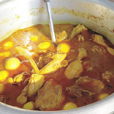 gulai ayam , dimasukkan sekali telur rebus