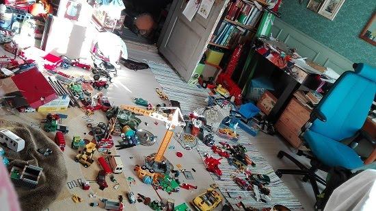 Paljon on leluja lattialla, mutta onneksi ei ihan kaikki!