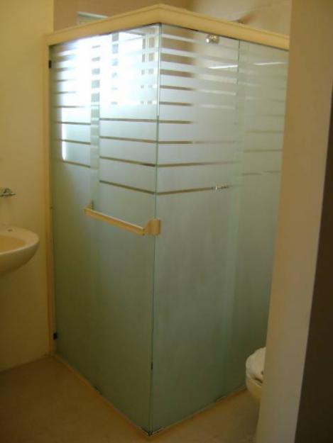 Baños Residenciales Modernos:Cancel para baño en escuadra con pintura imitacion san blasteado