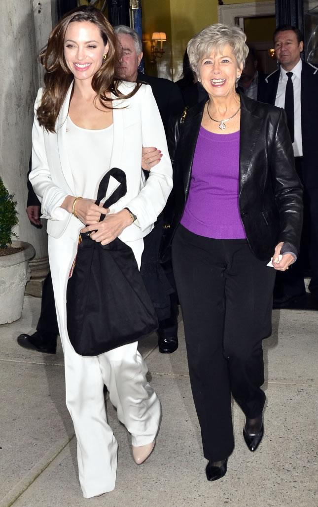 Angelina Jolie e Jane, mãe de Brad Pitt (Foto: Getty Images)