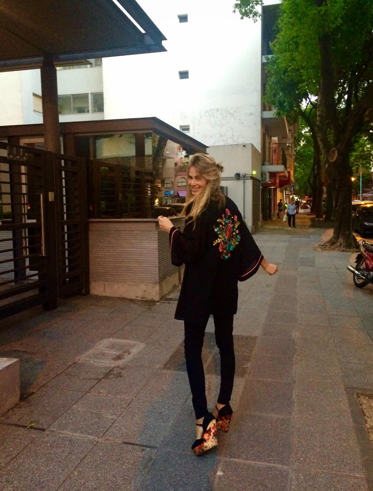 Mi pantalón tiro alto de Jazmín Chebar, y como no podemos ponernos todo ajustado opte por un kimono de Top Shop por encima