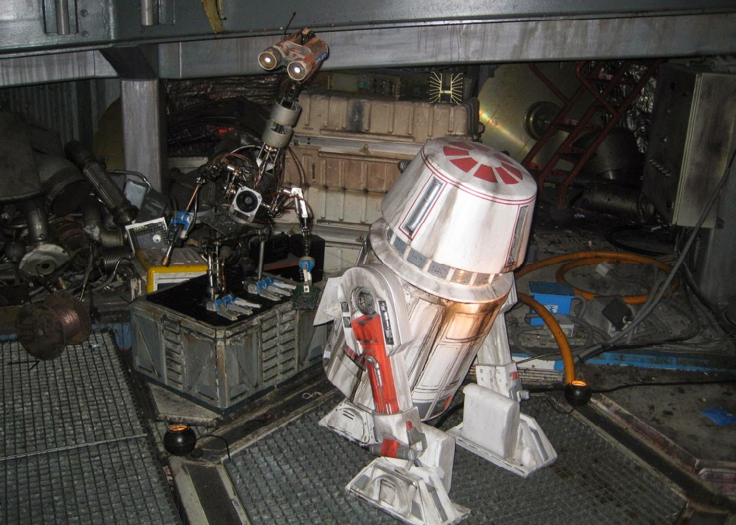 great Star Wars animatronics in DisneyLand Paris; #67493B