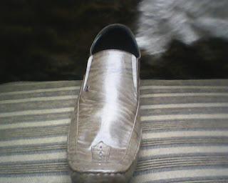 sepatu aigner yang dilihat dari sisi bawah