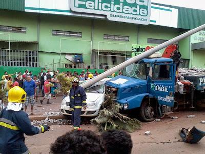 Caminhão atinge carros e deixa três feridos na Avenida São Sebastião