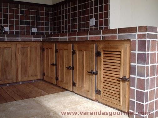 balcão refrigerado com 3 portas em madeira de demolição
