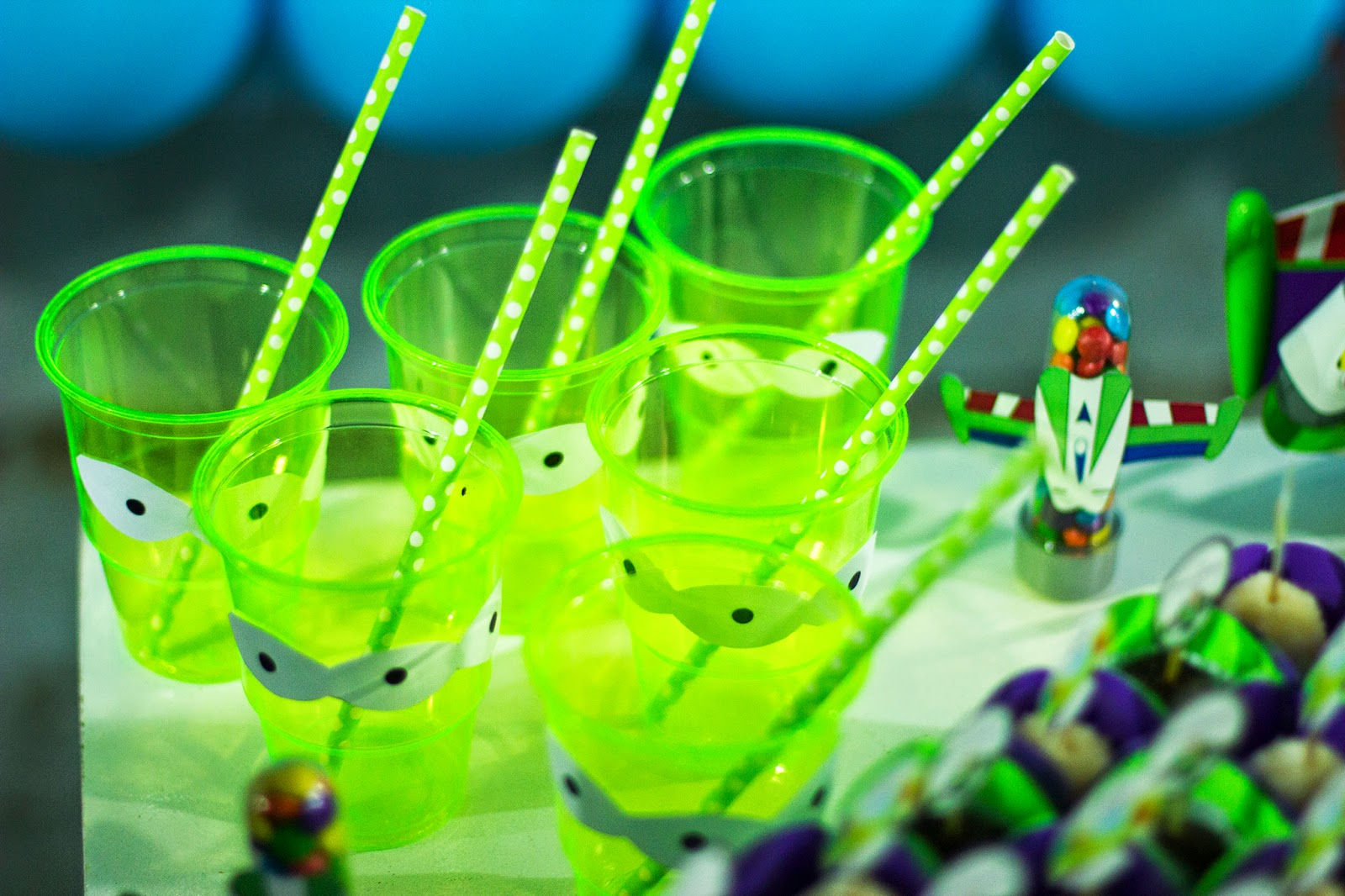 decoracao festa glow:Comprei uma base de 50 copos de plástico mesmo verde fluorescente e