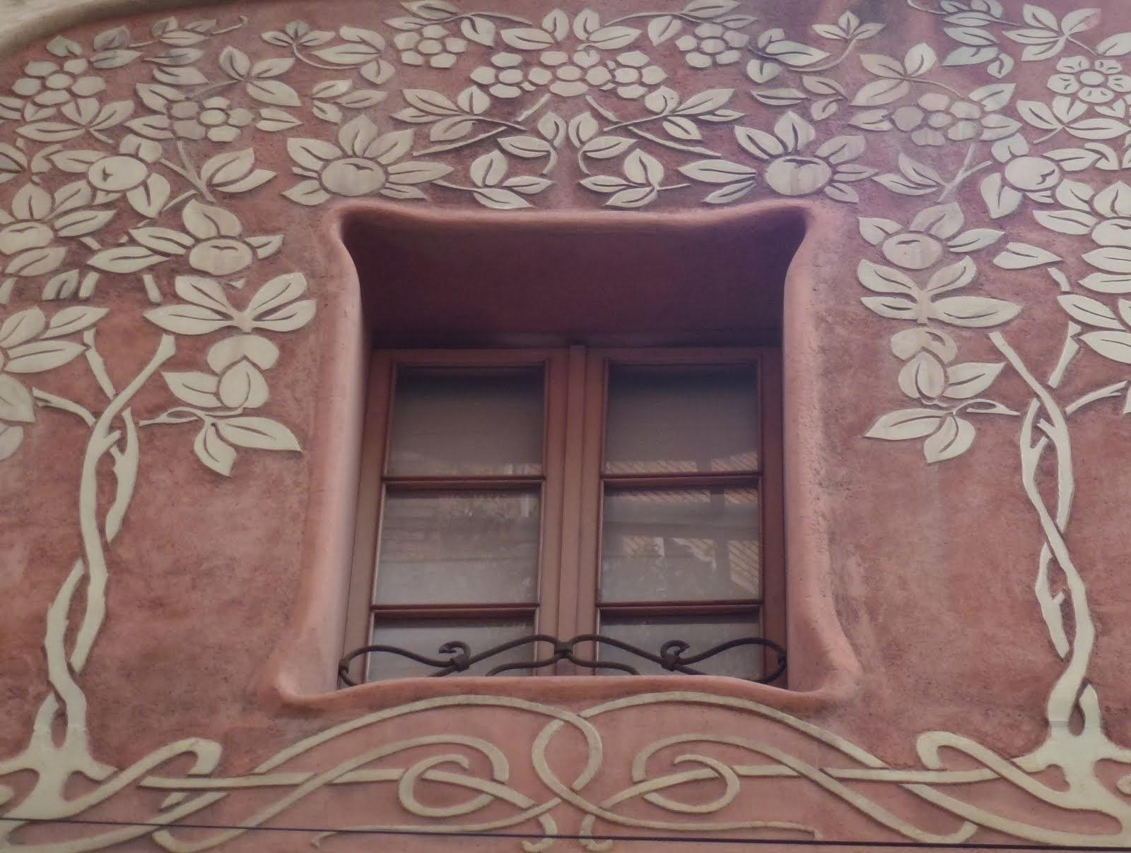 Finestra amb esgrafiats de la casa de l'arquitecte Jeroni F. Granell al Carrer Pàdua 75