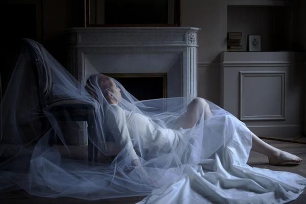 Foto surrealista de mujer de blanco fantasma