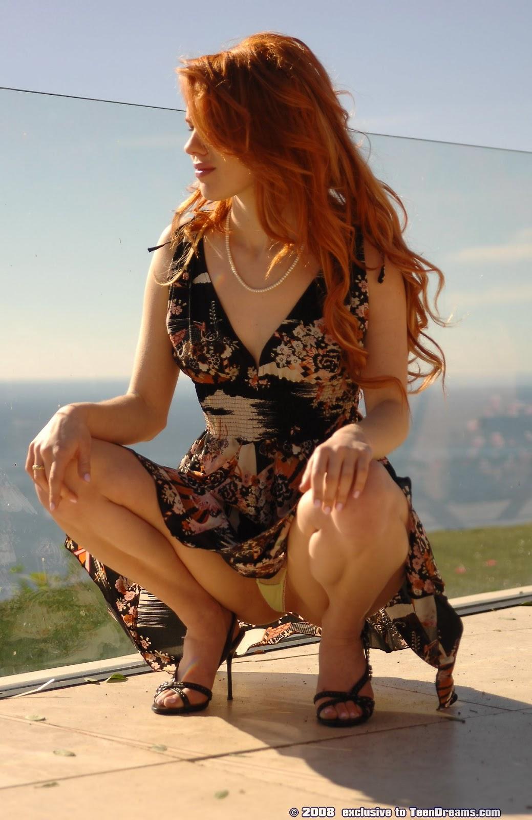 Женщина сидит раздвинув ноги нужные