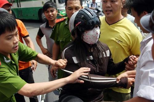 'Nữ quái' giật điện thoại giữa Sài Gòn bị dân vây bắt