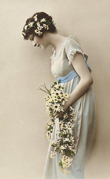 Carte postale ancinne femme avec des fleurs