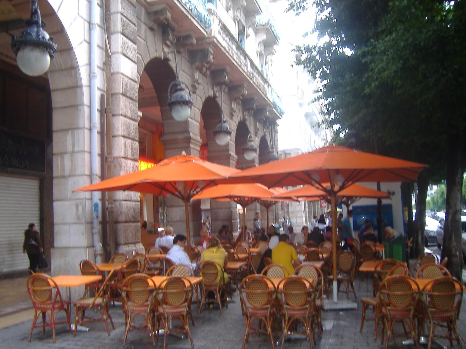 Habib Burgiba Bulvarı üzerindeki kafelerden biri