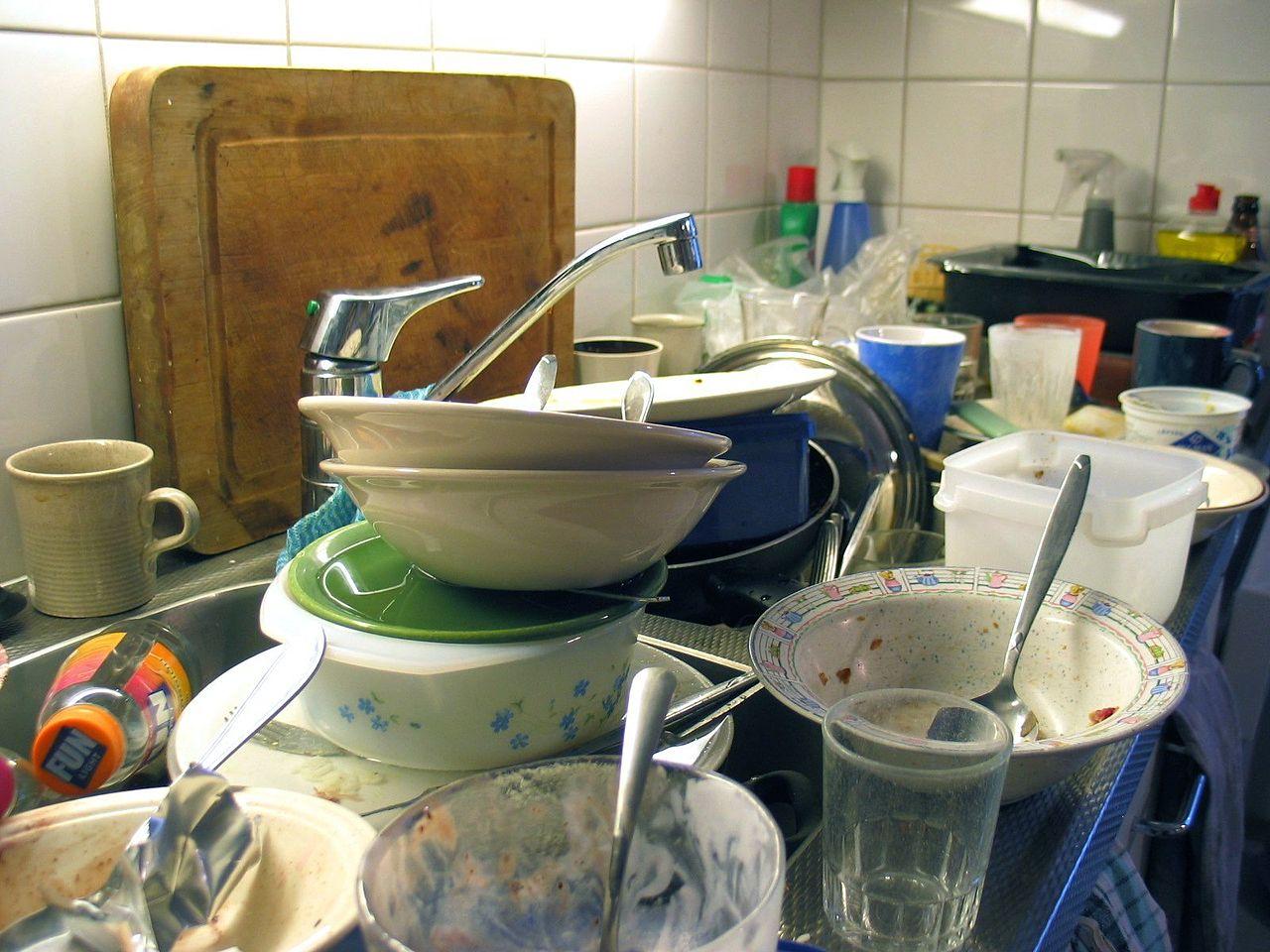 madre trabajadora platos sucios