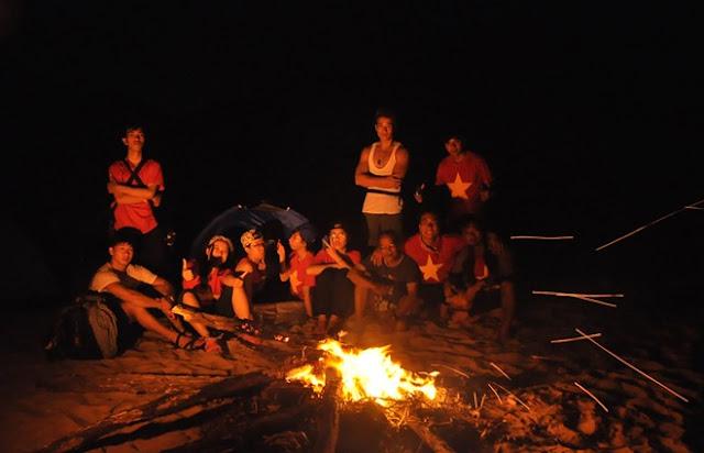 Lửa trại trên bãi Môn trong đêm.