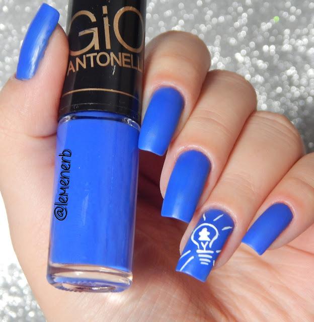 unha decorada com esmalte azul