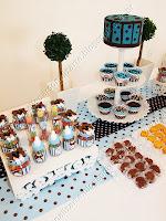 mesa com doces e guloseimas