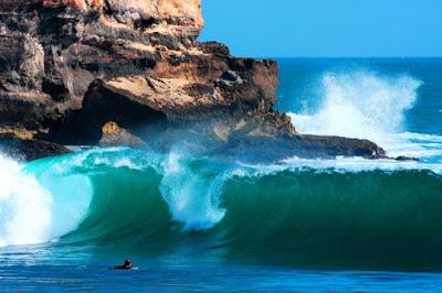 Ombak besar di Pantai Karung Watu yang cocok untuk surfing