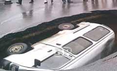 Minibus-Tertelan-Bumi-di-China