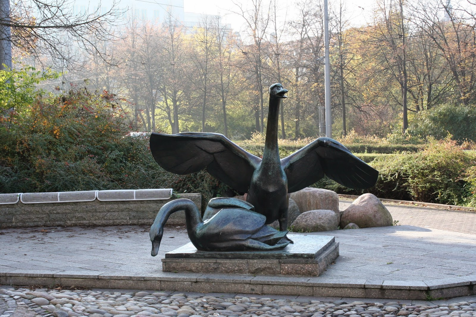 Hier die beiden Schwäne vom Schwanenbrunnen am Wintergartenhochhaus - wurde 1993 gebaut