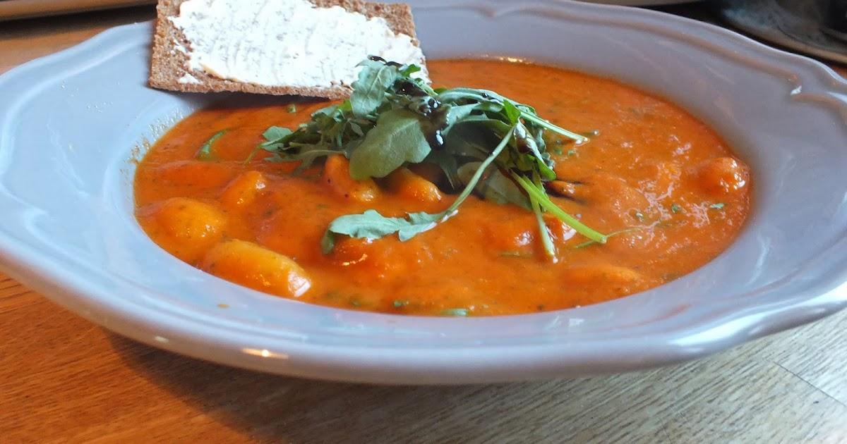 Pieni keittiö Kalliossa Tomaatti rucolakeitto voipavuilla