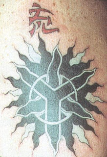 Tatuagem sol em forma de tribal