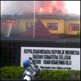 foto polres oku yang dibakar anggota tni