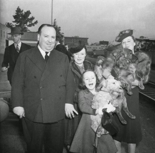 Alfred Hitchcock, Alma Reville, Patricia Hitchcock, Joan Harrison, Spaniel Sealyham.