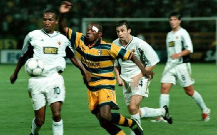 Faustino Asprilla disputando un balón como jugador del Parma FC