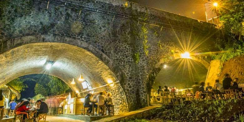 Bila Seorang Pecinta Alam Mengubah Kolong Jembatan Menjadi Kafe