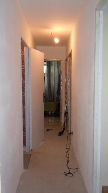 Un jour une couleur peinture murale un couloir color et lumineux - Installer une porte dans un couloir ...