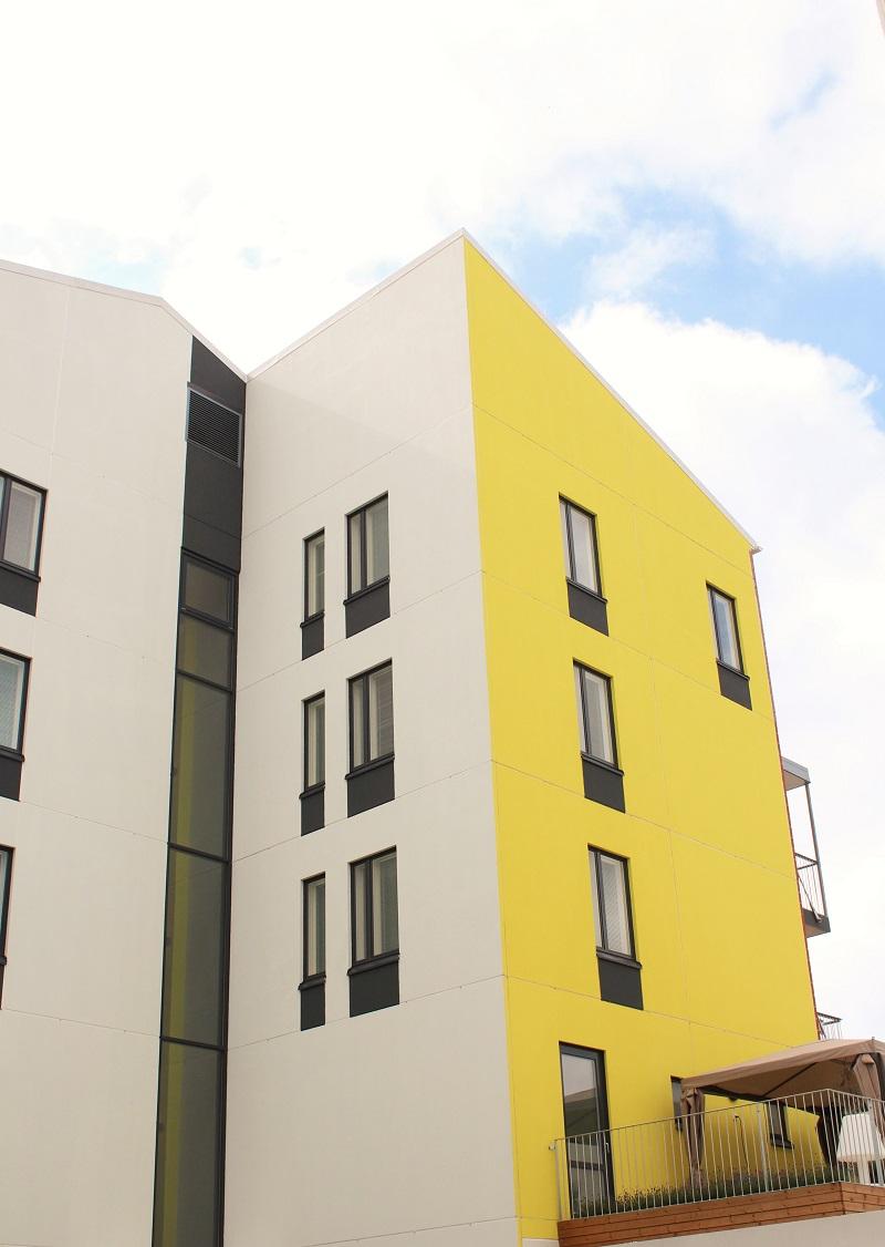 keltainen talon seinä
