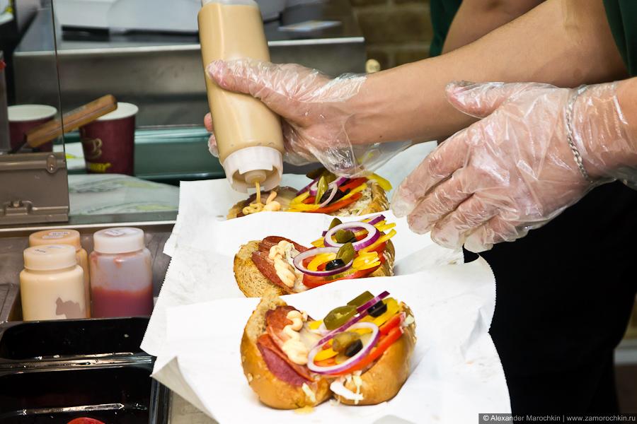 Приготовление сэндвича. Добавляются соусы