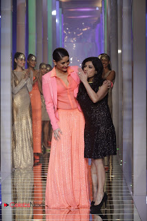 Kareena Kapoor Walks on The Ramp at LIFW Summer Resort 2013 Grand Finale 0014