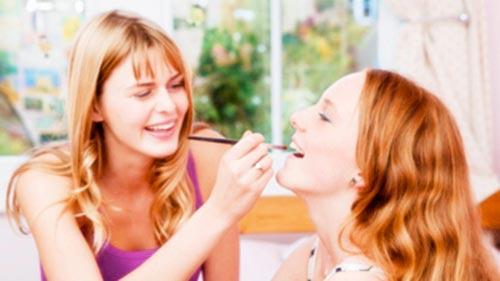 adolescentes maquillandose