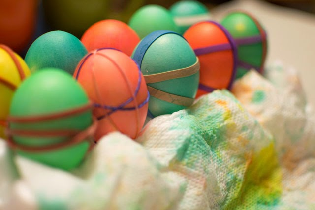 colorful patterned eggs using rubber bands