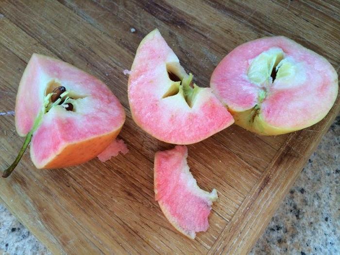 تفاح وردي من الداخل