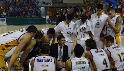 Todos atentos a las instrucciones de Roberto González.