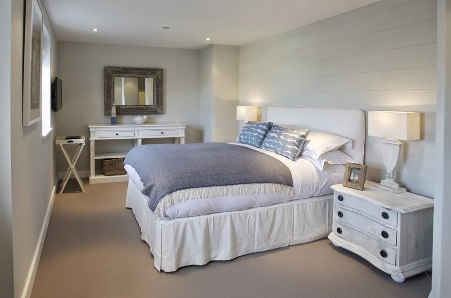 hotel, wnętrza, wystrój wnętrz, styl klasyczny, kamienna ściana, białe wnętrza, sypialnia, łóżko