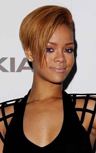 Bu defa Rihanna sol tarafı kazıtılmış olan karamel kısa saçlarını sağ tarafa doğru atmış ve yine şık yine marjinal böri görünüm elde etmiştir.
