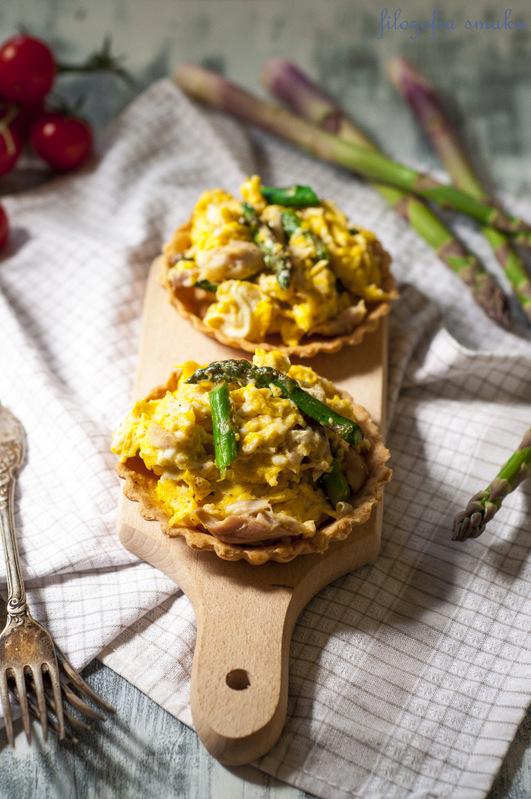 Tartaletki z jajecznicą ze szparagami i makrelą
