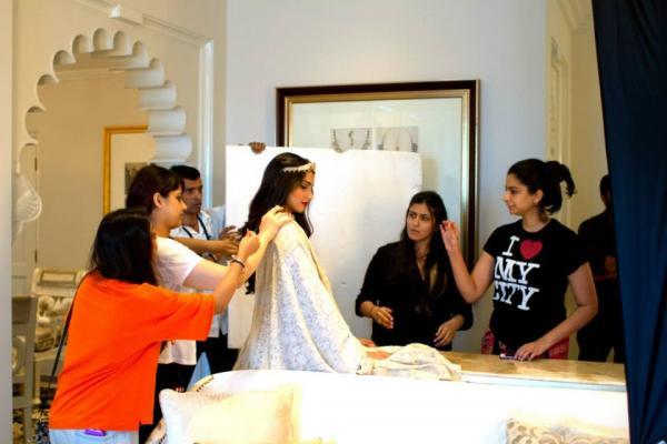 http://1.bp.blogspot.com/-k2CDhO-1Mas/UimtpYnhFVI/AAAAAAABiPY/gzs5XP6_HUQ/s1600/Behind+The+Scenes+of+Sonam+Kapoor%27s+cover+Photo+shoot+for+%27The+Hindu+Bridal+Mantra%27+(4).jpg