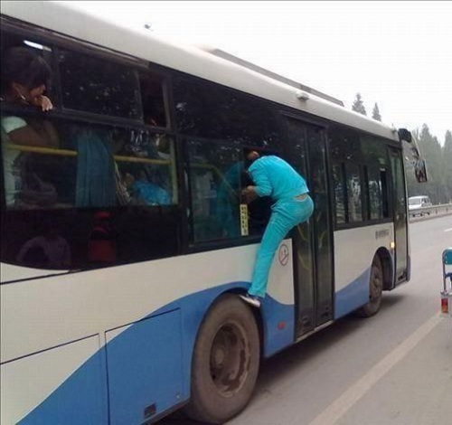 subiendo al bus por la ventanilla