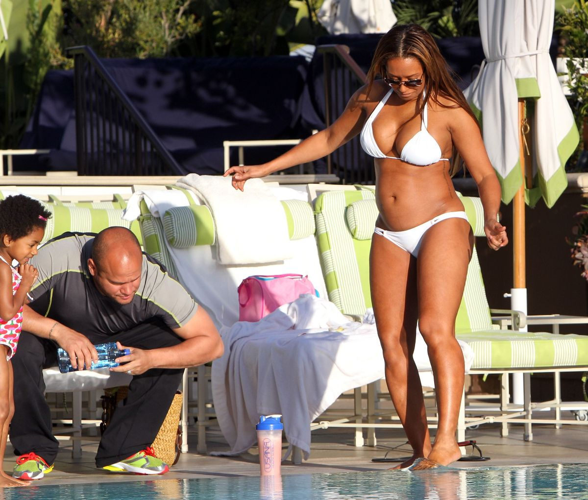 http://1.bp.blogspot.com/-k2_ySy1p_8I/TaXOHdq0cpI/AAAAAAAALW4/FbyJLUqdWso/s1600/Melanie-Brown-Pregnant-Bikini-Body-By-The-Poolside-In-LA-05.jpg
